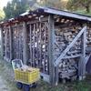 薪小屋の薪と林内作業車