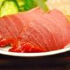 豊洲の「米花」でまぐろ・ほたて刺身盛り合わせ、蒸し鶏、ポテトサラダ、すいか。