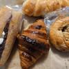 金沢市額谷にあるパン屋こくうで、クリームチーズあんパン、塩パン、クロワッサン、くるみベーグル。