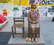 「文大統領は日本に謝罪せよ」慰安婦像の前で集会 裁判の判決に驚きの声が