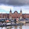気品溢れる赤 アムステルダム中央駅♪