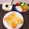 トースト、目玉焼きサラダ、バナナヨーグルト。