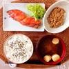焼き鮭、小粒納豆。