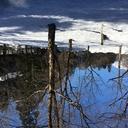 青空に舞う雪。
