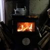 寝坊した朝にリビングに降りたら薪ストーブが炎を上げている幸せ