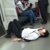酔っ払い者、電車の床で寝てた
