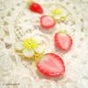 新作☆小さな半分苺〈白い花と赤い果実〉のピアス/イヤリング