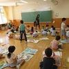 1年生:図工 広い部屋で絵を仕上げる