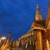 ヤンゴン 藍色の空に輝く金色のパゴダ