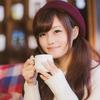 ネットでよく目にする帽子のコーヒーを飲んでる女性って誰?露出しまくっていない?と思っている人へ