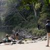 漱石も訪れた加賀百万石屋敷跡の池のふち
