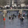 『シベリアのクマ』と名付けられた寒気によってアムステルダムは運河がスケートリンクに!!