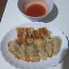 羽つき肉餃子を作る。大皿がなかったので最後は羽なし餃子になる。シンプルに焼くだけの方がサクサクになった(料理第30弾)