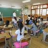 1年生:保育園、幼稚園の先生たちの前で① 学校探検のまとめ