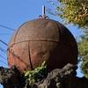 ブイか機雷か 神社に奉納された謎の鉄球(横浜市磯子区)