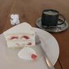 いちじくのショートケーキとカフェオレと本。