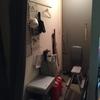 玄関を掃除する。突っ張り棒で長物収納