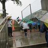 雨の中の「かぎやあいさつ運動」