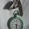 上下さかさまな時計? 脈拍も測れるナースウォッチ。