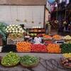 中年男性がエジプトはルクソールの庶民のマーケットを探索