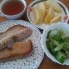 クルミパンとキュウリの酢漬けと紅茶