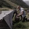 バイクが支柱に?ツーリング用のテントって、これでいいのか?(笑)