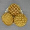 菓子パンの定番メロンパン。大手コンビニ3社「セブンイレブン」「ローソン」「ファミリーマート」を食べ比べ。