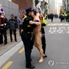 マジ?【韓国】朴槿恵元大統領の自宅前で40代の男が(再び)全裸で暴れる「03/29」