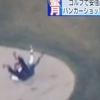 ゴルフ場で転んだ安倍首相、日本は体力を心配、海外ではニンジャ説。