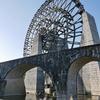 道の駅『おばあちゃん市・山岡』の日本一大きい水車と小里川ダム。