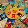 お題イラストの感情を顔芸で示せ!変顔続出のパーティ系ボードゲーム「エモジート!(EMOJITO!)」