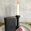 聖書と燭台のキャンドル