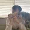 娘とシュナウザー1枚のパンを一緒に食べる