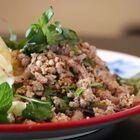 タイ出身シェフに学ぶ手近な食材で作る本格「鶏肉ハーブサラダ」の極意