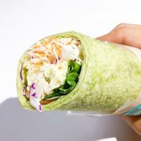 野菜不足さんいらっしゃ~い 片手でヘルシーチャージ! ファミマ「ラップスティック スーパー大麦とサラダチキンバジルマヨ仕立て」