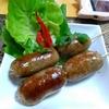 【今日の食卓】サイコック・ウンセン(春雨入りソーセージ)。もちろん腸詰めして作る。いつもより塩味を抑え目。食感がすごく良い。いつかサルタヤー食堂の売り物になるか。あんまり美味しいと強調するとサルちゃんのタイ友が嫉妬するので。(^-^ Sai grok unseng. Aroi. #タイ料理