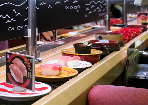 「1皿100円」でなぜ儲かる? 回転寿司が発明したビジネスの正体