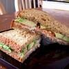 ライ麦パンのサンドイッチ