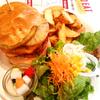 三宮で人気のハンバーガーショップ「S.B.DINER-KOBE」の「ハワイアンバーガー」
