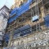 工事中のサンティアゴ・デ・コンポステーラ大聖堂を眺める