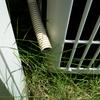 室内への虫の侵入を防ぐ&エアコンの振動を抑えてみた。