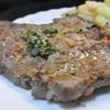 牛肉のステーキ、ガーリックバター&セージ風味