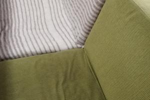 寒い季節、足先にも敷ける電気敷き毛布はデスクワークの強い味方。イスに電気毛布を掛けよう。