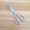 オールステンレスの「カーブキッチンバサミ」を使っています。食材の下に入りやすく、切りやすい
