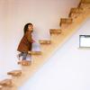 1本の木に段板を乗せた階段/スケルトン階段