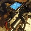 rec-mountsのライトアダプターでAnkerのモバイルバッテリーをハンドルに固定しながら充電する