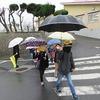 登校の様子 久々の雨
