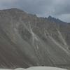 インドにある異世界!ヌブラ渓谷の雄大な景観と崖の上に建つゴンパ