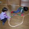 積極的に遊んでいる2歳児
