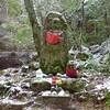 冬の首切り地蔵と滝坂の道